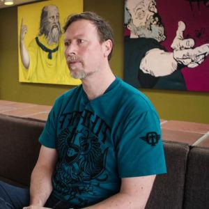 Leif Edward Ottesen Kennair professor i psykologi i Norge sitter i soffa.
