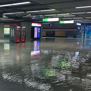 Vattenmassor i e folktom metrostation under Järnvägstorget.
