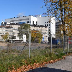 Mikron tontti Turun Kupittaalla, taustalla näkyy Tyksin rakennuksia.