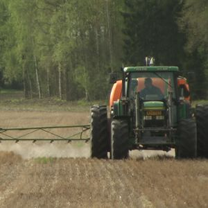 Jordbrukare Raimo Antila sprutar glyfosat i maj 2015