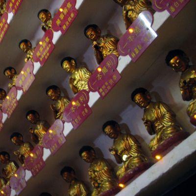 buddhapatsaita seinänkokoisella hyllyllä