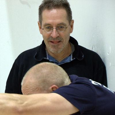 Frans Bosch följer med utförandet av övning.