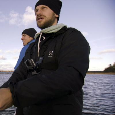 Erik och Filip Riska fiskar med kastspö