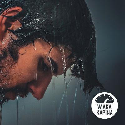Surullinen mies suihkussa.