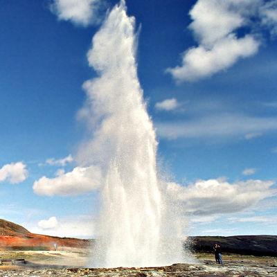 Geysirien purkaukset johtuvat Islannin tuliperäisestä maasta.