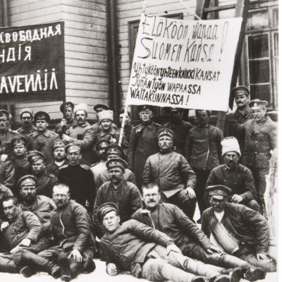 Venäläisiä sotilaita julisteineen kevättalvella 1917 Helsingissä