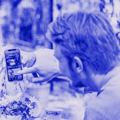 Digitreenien pääkuvassa nainen läppärillä, kuvassa tekstit Digitreenit ja yle.fi/oppiminen.