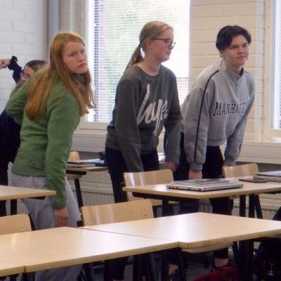 Jenny Åkerlund, längst till höger, pausgymnastiserar tillsammans med sina studiekamrater i Kronoby gymnasium.