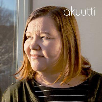 Mari Pulkkinen katsoo ikkunasta talviseen puistomaisemaan.