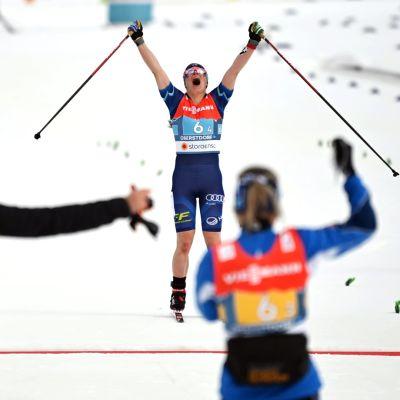 Krista Pärmäkoski firar då hon åker i mål.