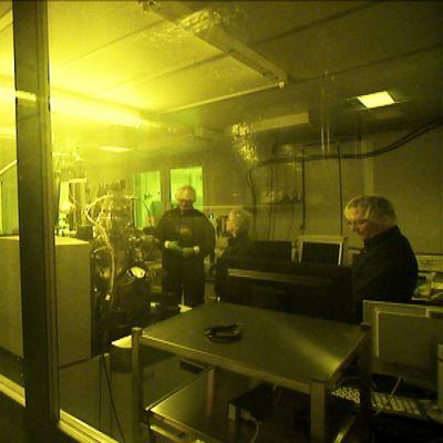 Ett par personer i ett laboratorium.