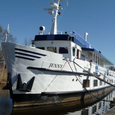 Ett kryssningsfartyg ligger förtöjt vid brygga.