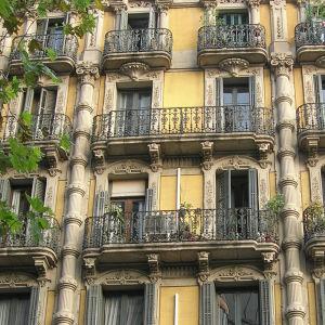 Kuvakollaasi, jossa kerrostaloja Barcelonasta 1800-luvun lopulta