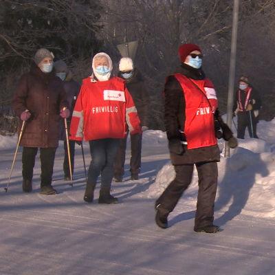 Seniorer på promenad i ett snöigt Pargas