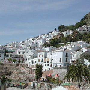 Valkoiset talot Frigilianan kylän rinteillä Etelä-Espanjassa.