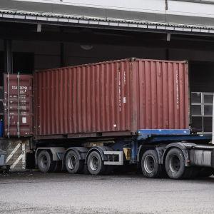 Lastbil vid förrådet som ägs av Algol Chemicals där inkråktare bröt sig in i december.