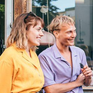 Kuvassa Oona (Anna Airola), Arttu (Elias Salonen) ja Oonan isä (Ville Myllyrinne) AIKUISET -sarjan kuvauksissa