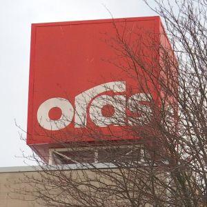 Hanavalmistaja Oraksen logo katolla.