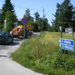 Stoppskyltarna längs Fäbodavägen genom Vestersundsby fanns kvar ännu på onsdagen