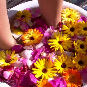 Doppa fötterna i badet.