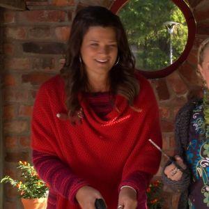 Camilla och Alexandra klipper örter.