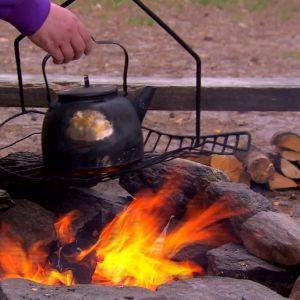 Elisabeth kokar kaffevatten i Päjänne nationalpark