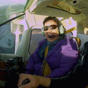 Elisabeth njuter av flygturen.
