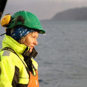 Ellinor Larsen på räktrålaren Marinas däck i Lyngenfjorden