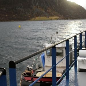Kommandofartyg på laxodling i vattnen kring Skjervøy i Nordnorge