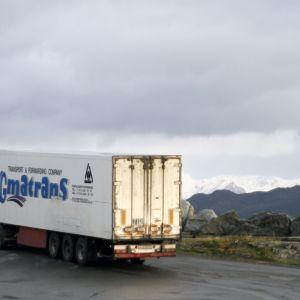 Rysk långtradare avgår från Lerøy Auroras laxslakteri i Skjervøy