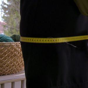 Lee mäter upp för festklänning.