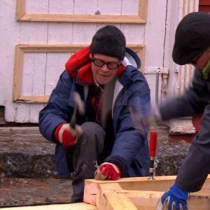 Jim och Johan bygger modul.
