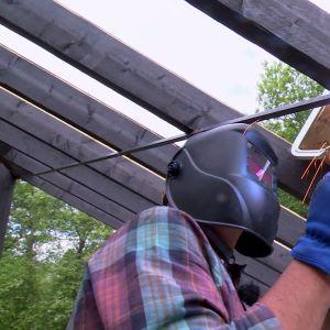 Johan har svetsat ett kryss som ska hålla takstommen på plats