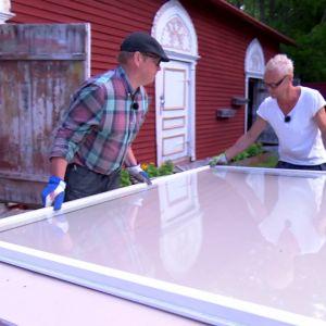 Johan och Jim planerar hur de återvunna fönstren ska nyttjas.