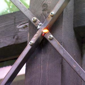 För att konstruktionen ska hålla, skruvas ett kryss av strävor aven i stommen till den 12m2 stora baksidan