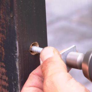 I fönsterbågen borras hålet större än skruven så att fönstret får lite rörelsemån i stommen.
