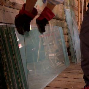 Skurna fönsterrutor för taket på växthuset.
