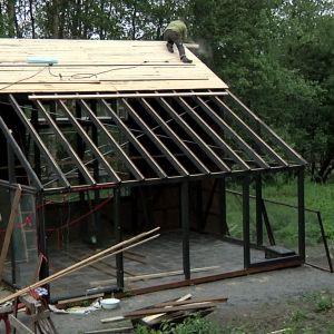Halva taket täcks med brädor.