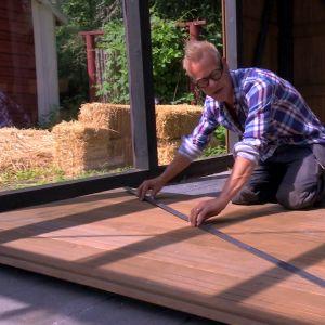 Jim bygger dörr till växthuset.