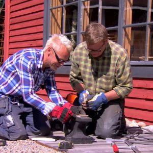 Jim och Johan gör dörrhandtag.