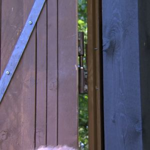 Dörren hängs upp på gångjärnet
