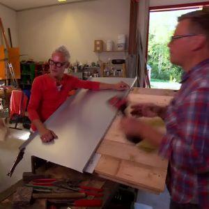 Abbe undervisar jim och Johan i plåtslagning
