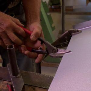 Plåtsaxen kräver ett visst och noggrannt grepp för att klippa rätt