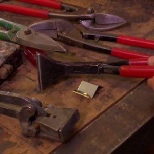 Jim och Johan får låna de verktyg som behövs för plåtslagning