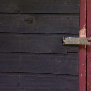Dörrar finns överallt på Björkbackas gård i Strömfors.