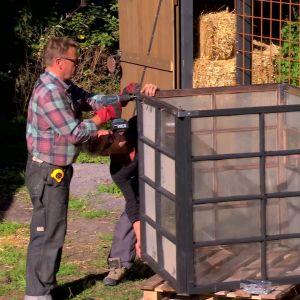 Jim och Johan monterar lykthållaren.