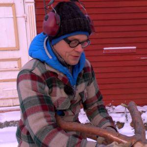 Jim täljer bort bark från en fin tallgren