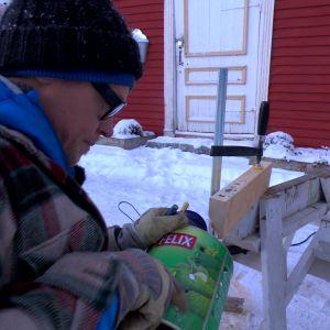 Jim börjar tillverka facklan av en gammal plåtburk
