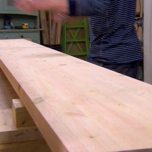 600 mm breda limträskivor i furu halveras för bänken