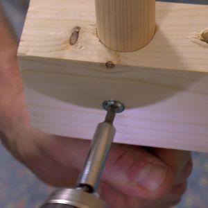 Rundstavar - benen - fästs med skruvar i de tvärgående plankbitarna